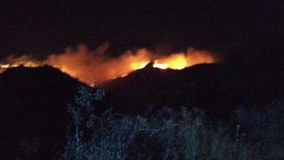 Un incendio en Telde obliga a desalojar a vecinos de la zona de Cazadores durante la noche