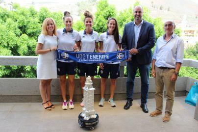La UDG Tenerife Egatesa cede temporalmente el trofeo Teresa Herrera al Ayuntamiento