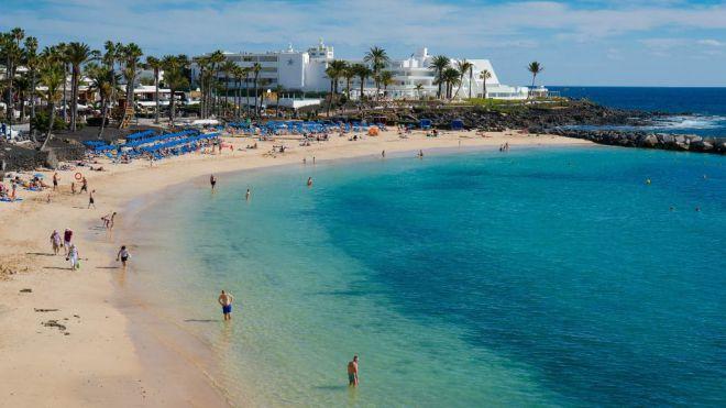 Yaiza prohíbe el baño temporal en Playa Flamingo al detectar Salud Pública bacterias indicadoras de contaminación