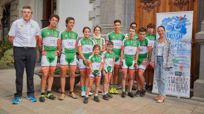 """La alcaldesa de Santa Cruz recibe a los jóvenes ciclistas del """"Tour de la Ilusión"""""""