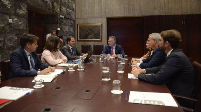 El presidente de Canarias anuncia un aumento del 13% en las plazas aéreas de Vueling e Iberia Express