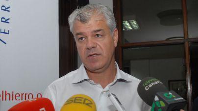 """Alpidio Armas: """"el anterior Gobierno de Canarias hizo dejación de funciones en el transporte marítimo con El Hierro"""""""