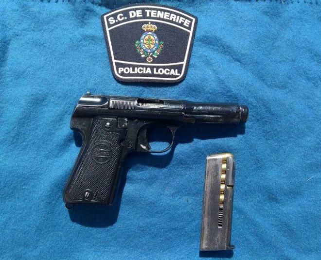 La Policía Local detiene a un hombre con un arma corta en el interior de un bar capitalino