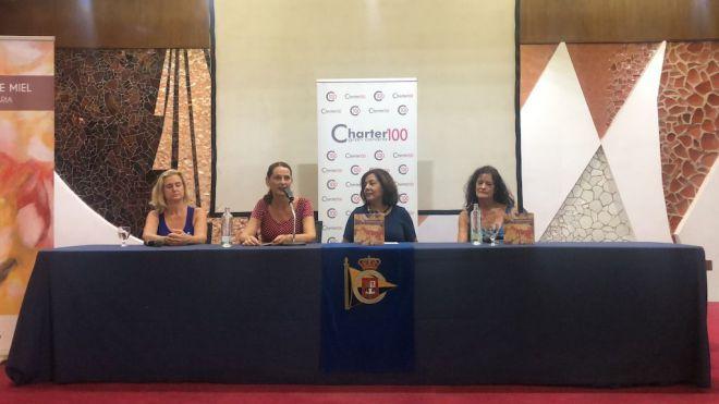 Una veintena de escritoras presenta sus textos sobre la mujer en el libro 'Microrrelatos de Miel'