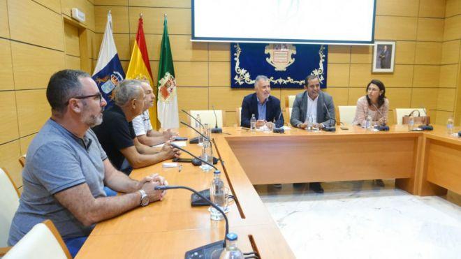 Torres traslada a los trabajadores del hotel Oliva Beach que Costas informará sobre su reforma en un mes