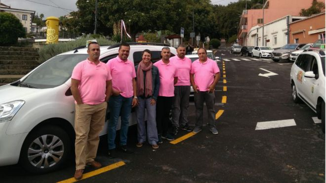 El colectivo del taxi de El Rosario da visibilidad a la lucha contra el cáncer de mama y