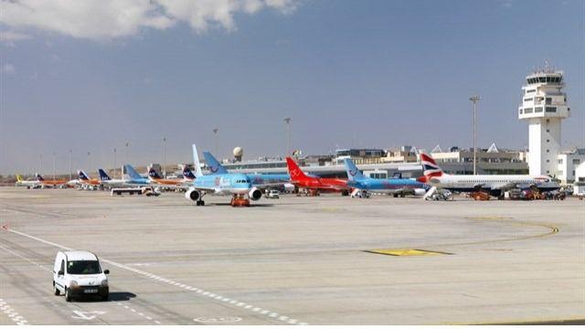 Las patronales turísticas en contra de un impuesto al queroseno a los vuelos con Canarias