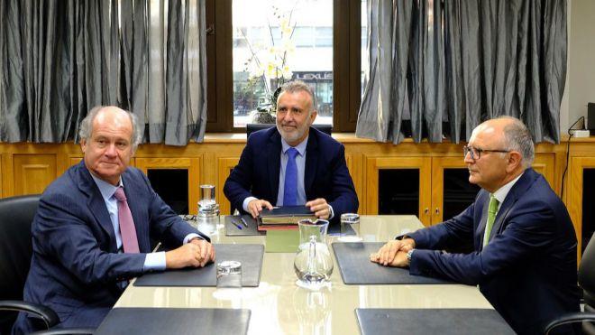 Los responsables de Binter comunican los planes de la compañía al presidente del Canarias
