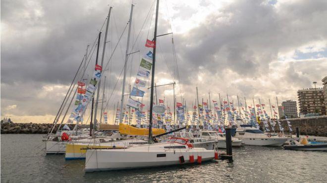 Los 83 veleros de la regata en solitario Mini-Transat celebran una jornada de entreno en la bahía de Las Palmas de Gran Canaria