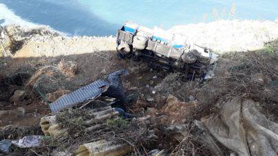 Un camión con mercancías peligrosas vuelca en el barranco de La Hondura