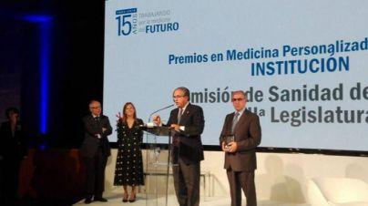 Antonio Alarcó recibe el premio nacional a la Institución más destacada del Patronato Fundación Instituto Roche