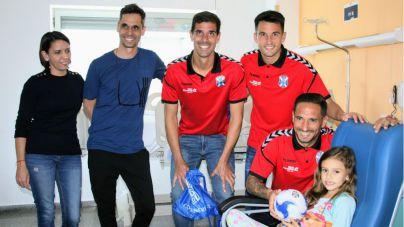 Los pacientes pediátricos del Hospital de La Candelaria festejan la navidad con los jugadores del CD Tenerife