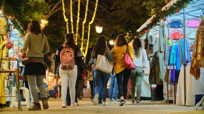 El tradicional mercadillo artesano de Navidad de Santa Cruz abre sus puertas en la Alameda del Duque Santa Elena
