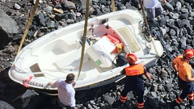 Rescatados dos tripulantes de una embarcación volcada en Playa Blanca