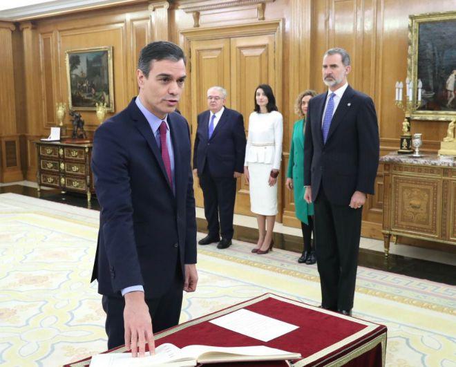 Sobre la Constitución y sin Biblia ni crucifijo: así ha prometido el cargo Pedro Sánchez