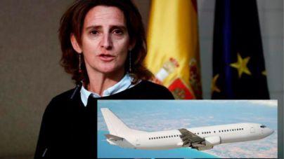 Teresa Ribera abre la puerta a una 'ecotasa' aérea, 'recaería en quien compra billetes de avión'