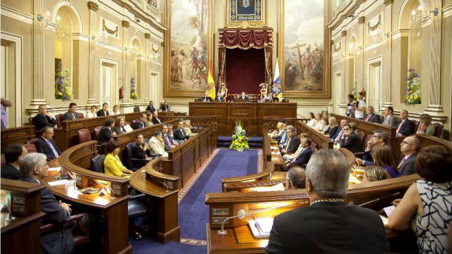 El Parlamento pide tarifas máximas en los vuelos Canarias-Península para frenar la subida de precios