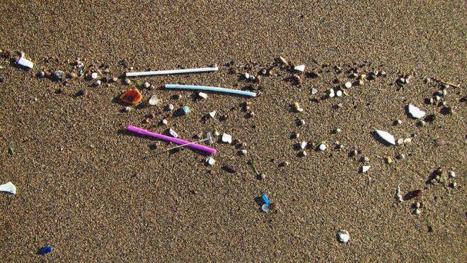 Los residuos plásticos de menor tamaño de las playas se relacionan con vertidos de aguas residuales