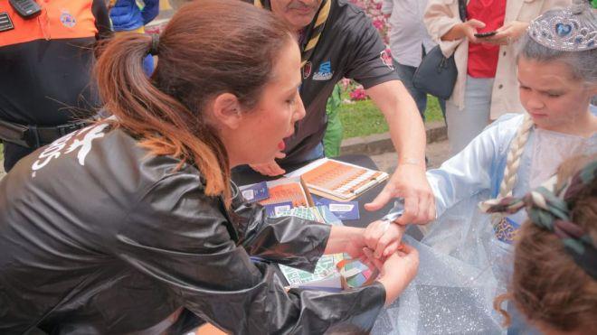 Santa Cruz de Tenerife reparte 20.000 pulseras para identificar a menores este Carnaval