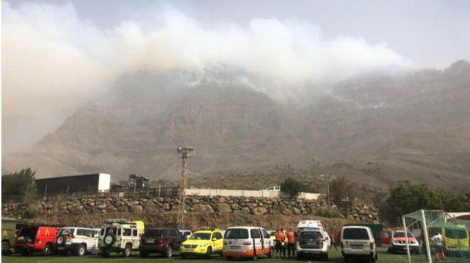 El dispositivo contra incendio consigue controlar la parte alta de Tasarte y el Llano de las Brujas