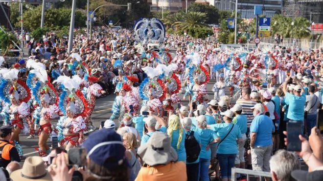 El Coso Apoteosis, explosión de color con la participación de más de cien grupos del carnaval santacrucero