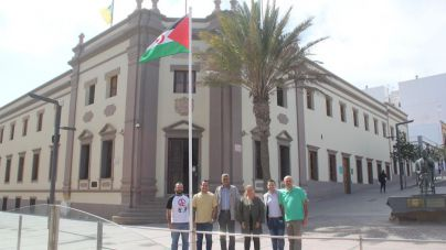 Izada la bandera saharaui en el exterior del Cabildo por el 44 aniversario de la RASD