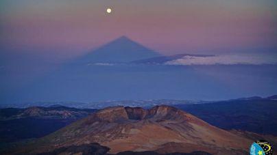 La Superluna de marzo despedirá al invierno junto a la sombra del Teide
