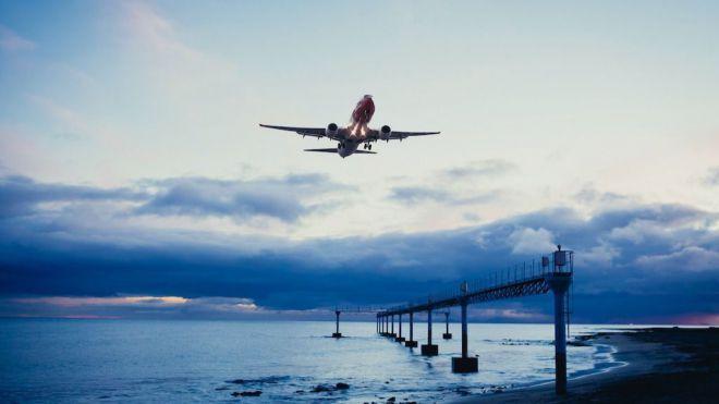 Las compañías aéreas y hoteles empiezan a despedir
