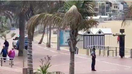 La Policía Local de Las Palmas de Gran Canaria echa de la playa a personas paseando por Las Canteras