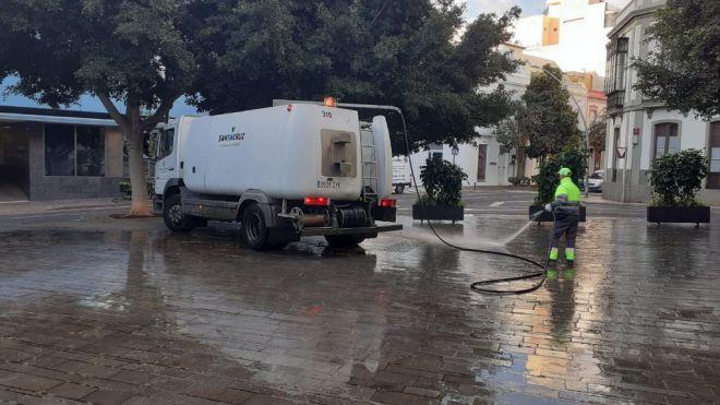 Santa Cruz pone en marcha un dispositivo extraordinario de limpieza y desinfectación de las calles