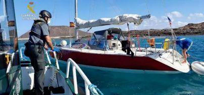 La Guardia Civil provee de alimentos a dos jóvenes que permanecen en un velero fondeado en la Isla de Lobos