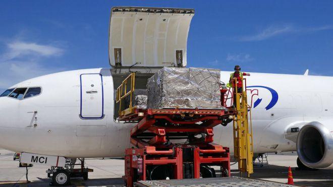 Nuevo cargamento con material sanitario adquirido por Canarias