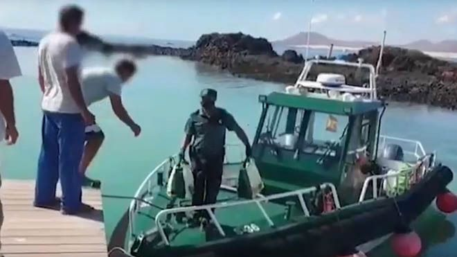 Agentes de la Guardia Civil trasladan alimentos a los habitantes de la isla de Lobos