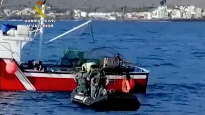 La Guardia Civil sorprende a una embarcación faenando con artes ilegales en aguas de La Gomera