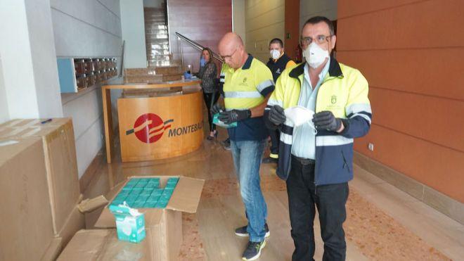Los cabildos reciben el grueso de las 34.000 mascarillas para transportistas