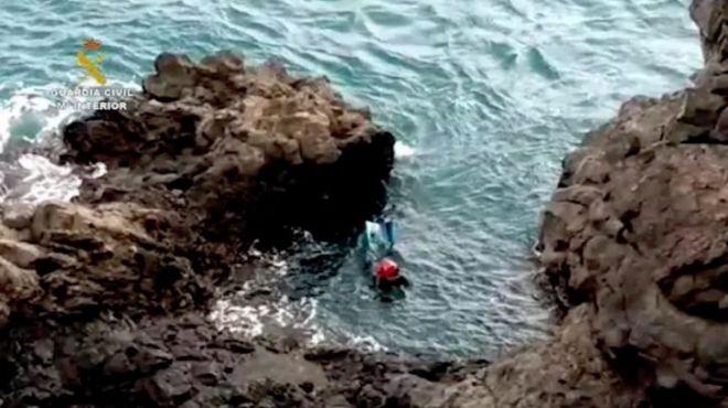 Se arroja al mar cuando iba a ser identificado y se esconde en una cueva un día entero