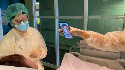 El Insular-Materno Infantil conecta a familiares y pacientes hospitalizados por COVID-19 con tabletas y móviles
