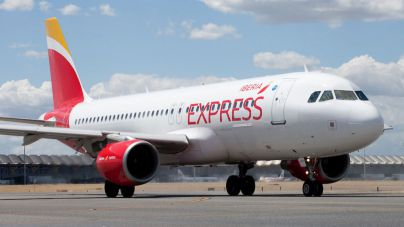 Iberia, Vueling y Aena regalan billetes aéreos para los trabajadores sanitarios de hospitales y residencias