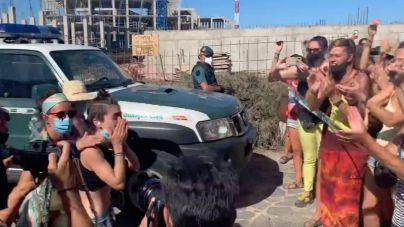 Los dos activistas de 'Salvar La Tejita' bajan de las grúas tras doce días