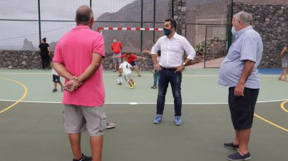 Almáciga recibe con alegría su primer polideportivo para los vecinos