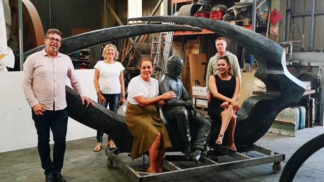 Corujo visita la escultura homenaje a César Manrique, que pronto lucirá en Arrecife