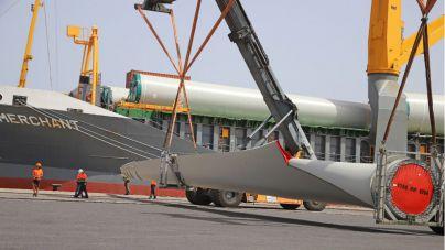 Llegan a Lanzarote los cuatro aerogeneradores del futuro Parque Eólico Arrecife