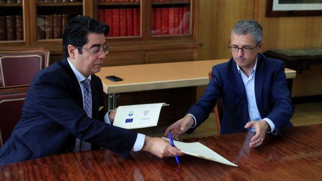 Martín firma un convenio con Acuaes que acabará con los vertidos en la isla