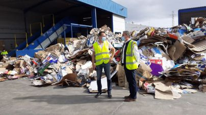 El consejero de Residuos, Hugo Delgado, supervisa el trabajo en reciclaje