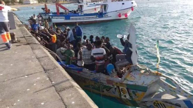 Llega a Los Cristianos un cayuco con unos 89 migrantes, uno de ellos fallecido