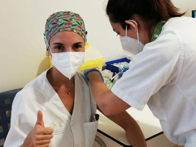 Sanidad ha administrado la vacuna contra la Covid-19 a 33.639 personas de los grupos 1 y 2