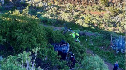 Bomberos de Tenerife rescata a un hombre tras precipitarse diez metros con su vehículo