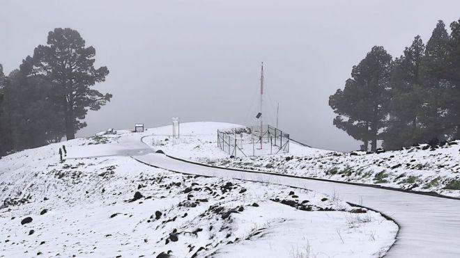 El temporal deja vientos de más de 100 km/h, temperaturas bajo cero, lluvia y nieve en Canarias