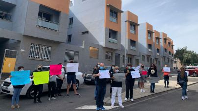 Las familias que denuncian la venta de sus VPO en alquiler se concentran ante el juzgado de Granadilla