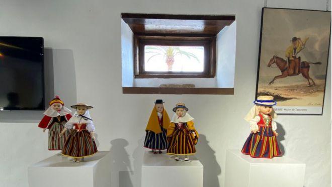 La muestra 'Trajeando Muñec@s' y la obra de Alfred Diston protagonizan la nueva exposición de la Casa de la Bodega